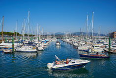 Yachten machten im Jachthafenhafen von Hondarribia, Baskenland, Spanien fest Lizenzfreies Stockbild