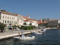 Yachten machten nahe dem Damm der kroatischen Stadt von Sibenik an einem klaren sonnigen windigen Tag fest europa Adriatisches Me Stockfoto