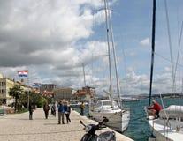 Yachten machten nahe dem Damm der kroatischen Stadt von Sibenik an einem klaren sonnigen windigen Tag fest europa Adriatisches Me Stockfotos
