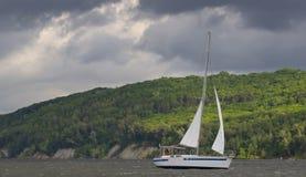 Yachten med vit seglar royaltyfri foto