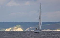 Yachten med vit seglar royaltyfria bilder
