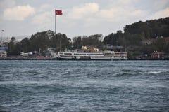 Yachten passerar framme av den Topkapi slotten i Istanbul royaltyfri bild