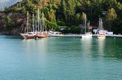 Yachten am Pier auf türkischem Mittelmeererholungsort Stockbilder