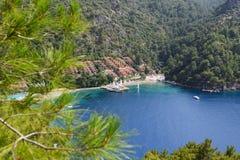 Yachten am Pier und am Strand auf türkischem Mittelmeererholungsort Lizenzfreie Stockbilder