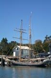 Yachten seglar i fjärden av nyazeeländska öar Arkivbild
