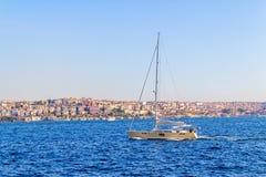 Yachten seglar Istanbul Royaltyfri Fotografi