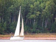 Yachten seglar på den Angara floden Arkivbild