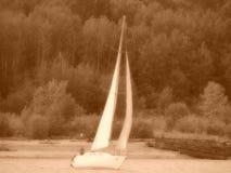 Yachten seglar på den Angara floden Royaltyfria Bilder