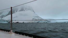 Yachten seglar runt om den steniga kusten av Antarktis Andreev lager videofilmer