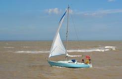 Yachten seglar under på breda flodmynningen av floden Deben på den Felixstowe färjan Royaltyfri Bild
