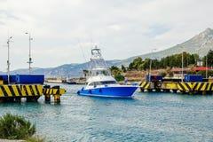 Yachten simmar över den fällande ned bron Corinth Grekland royaltyfri fotografi