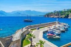 Yachten som tillbaka seglar till Antalya port Royaltyfri Bild