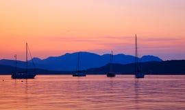 Yachten am Sonnenuntergang Stockfoto