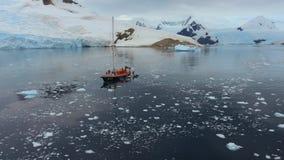 Yachten står i vattnet mot bakgrunden av berg och snö Andreev stock video