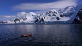 Yachten svävar mot bakgrunden av bergen med snö Andreev arkivfilmer