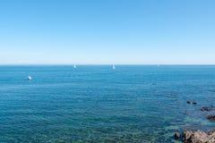 Yachten und blaues Wasser Lizenzfreies Stockfoto