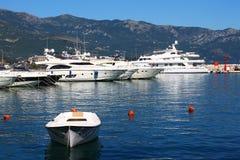 Yachten und Boot verankert im Hafen nahe Bergen Lizenzfreie Stockfotografie