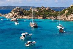 Yachten und Boote in überraschendem azurblauem Meerwasser in Sardinien-Insel stockfotos