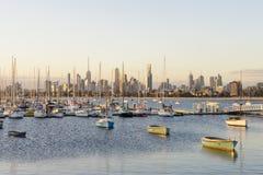 Yachten und Boote in einem Jachthafen mit Melbournes Skylinen Stockfotos