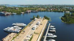 Yachten und Boote festgemacht in einem kleinen Hafen mitten in den Inseln Häuschen und die Stadt im Hintergrund stock footage
