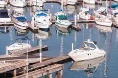 Yachten und Boote im Jachthafen stockfotos