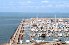Yachten und Boote im Jachthafen stockbild