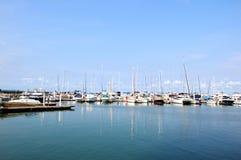 Yachten und Boote im Jachthafen stockbilder