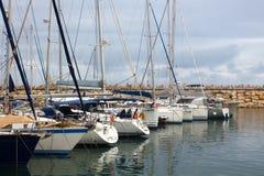 Yachten und Boote im Jachthafen an einem bewölkten Tag Stockfotos