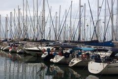 Yachten und Boote im Jachthafen an einem bewölkten Tag Lizenzfreies Stockbild