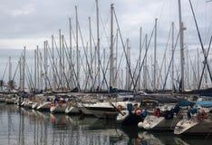 Yachten und Boote im Jachthafen an einem bewölkten Tag Lizenzfreie Stockfotografie