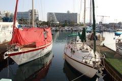 Yachten und Boote im Jachthafen von Elat Lizenzfreie Stockbilder