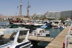 Yachten und Boote im Jachthafen von Elat Stockfotos