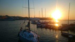 Yachten und Boote koppelten nahe Pier, erstaunlichem Sonnenuntergang und Natur, goldene Stunde an stock video footage