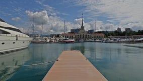 Yachten und Boote machten am Pier in Sochi-Seehafen, Zeitspannevideo fest stock video