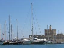 Yachten und das alte Schloss lizenzfreie stockfotos