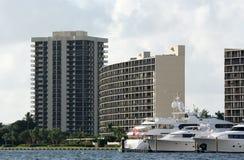 Yachten und Eigentumswohnung lizenzfreie stockbilder
