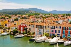 Yachten und Gebäude im Hafen Grimaud, Frankreich Lizenzfreies Stockfoto