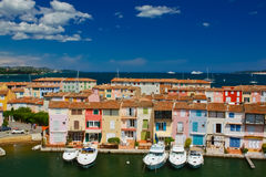 Yachten und Gebäude im Hafen Grimaud, Frankreich Lizenzfreie Stockfotografie