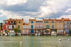 Yachten und Gebäude im Hafen Grimaud, Frankreich Stockbilder
