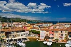 Yachten und Gebäude im Hafen Grimaud, Frankreich Stockfoto