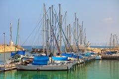 Yachten und Jachthafen auf Mittelmeer. Lizenzfreies Stockfoto
