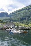 Yachten und Motorboote machten im Geirangerfjord-Seehafen mit Touristen am 29. Juni 2016 in Geiranger, Norwegen fest Stockfotografie