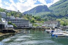 Yachten und Motorboote machten im Geirangerfjord-Seehafen mit Touristen am 29. Juni 2016 in Geiranger, Norwegen fest Lizenzfreie Stockfotos