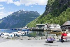 Yachten und Motorboote machten im Geirangerfjord-Seehafen mit Touristen am 29. Juni 2016 in Geiranger, Norwegen fest Stockbilder