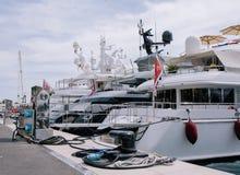 Yachten und Schiffe im Hafen von Monaco im Sommer Solar-Europa lizenzfreies stockbild