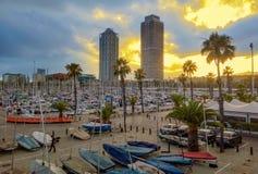 Yachten und Segelboote mit Ansicht zu den Wolkenkratzern Torre Mapfre Stockfotografie