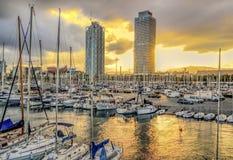 Yachten und Segelboote mit Ansicht zu den Wolkenkratzern Torre Mapfre Lizenzfreies Stockfoto