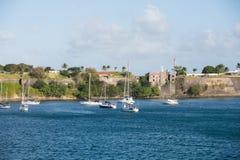 Yachten und Segelboote unter französischem Fort Stockbilder