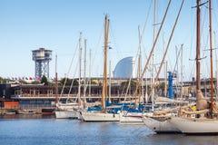 Yachten und Segelboote werden in Barcelona, Spanien festgemacht Stockfoto