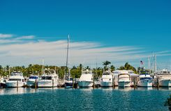 Yachten und Segelschiffe festgemacht am Seepier auf sonnigem blauem Himmel Segelsport- und Segelnkonzept Sommerferien auf tropisc lizenzfreies stockfoto